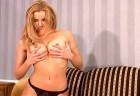Nikki - scharfe Blondine spielt mit ihren Titten