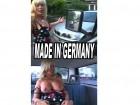 Eine Reife Frau hat eine Panne mit ihren Wagen und sie steig