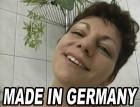 Deutsche Hausfrau rasiert sich im Intimbereich vor laufender